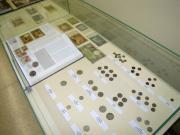 Zdjęcie kolorowe, fragment wystawy Sto lat polskiej złotówki