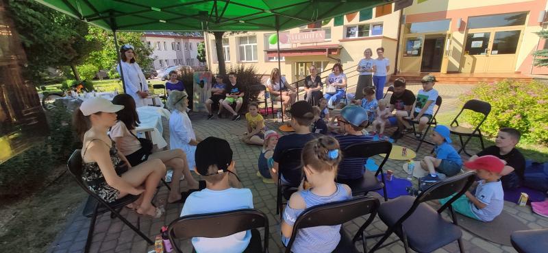 Zdjęcie kolorowe, uczestnicy zabawy oraz animatorzy, zabawa pod hasłem