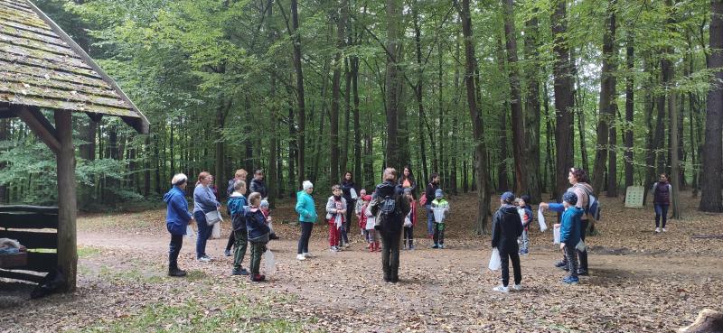Zdjęcie kolorowe, uczestnicy wydarzenia Spotkajmy się w lesie
