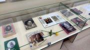 Zdjęcie kolorowe. Fragment wystawy Kobiety mocy na holu w bibliotece